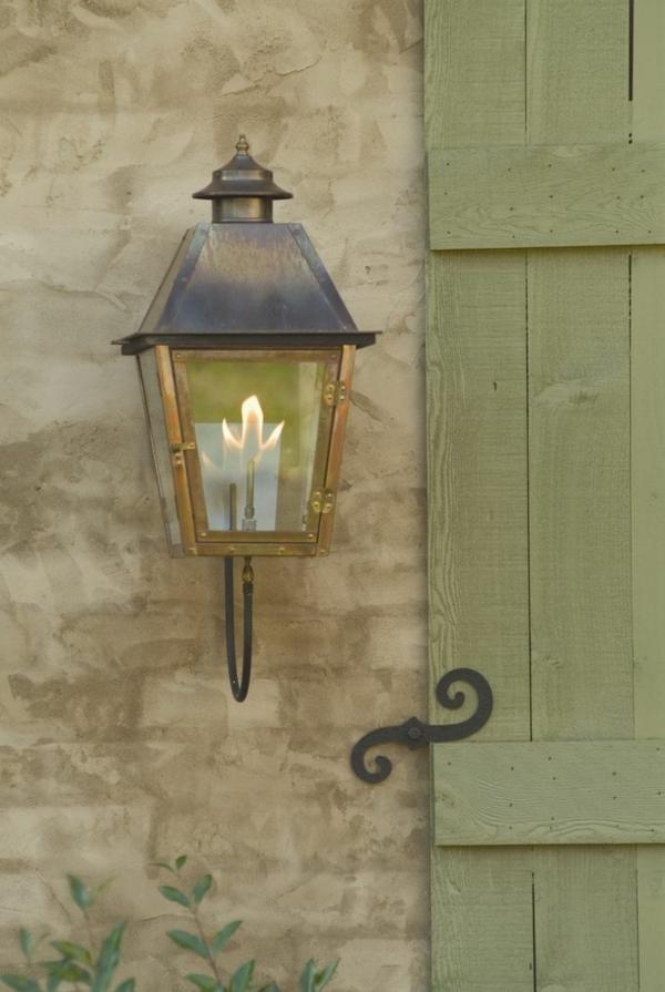 schöne-beleuchtung-im-garten-exterior-design-ideen-lampe-an-der-wand