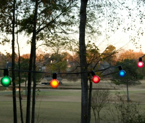 schöne-beleuchtung-im-garten-exterior-design-ideen-licher-in-verschiedenen-farben