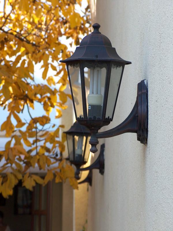 schöne-beleuchtung-im-garten-exterior-design-ideen-tolle-lampe