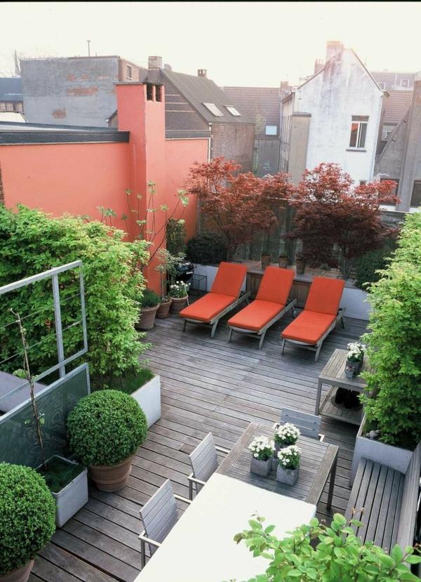 schöne-dachterrasse-einrichten-grüne-pflanzen-auf-der-dachterrasse-bodenbelag-holz