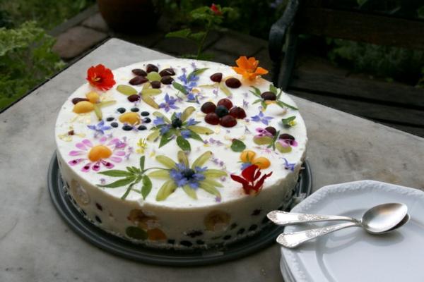 schöne-torte-mit-weißer-kreme_und-vielen-blumen