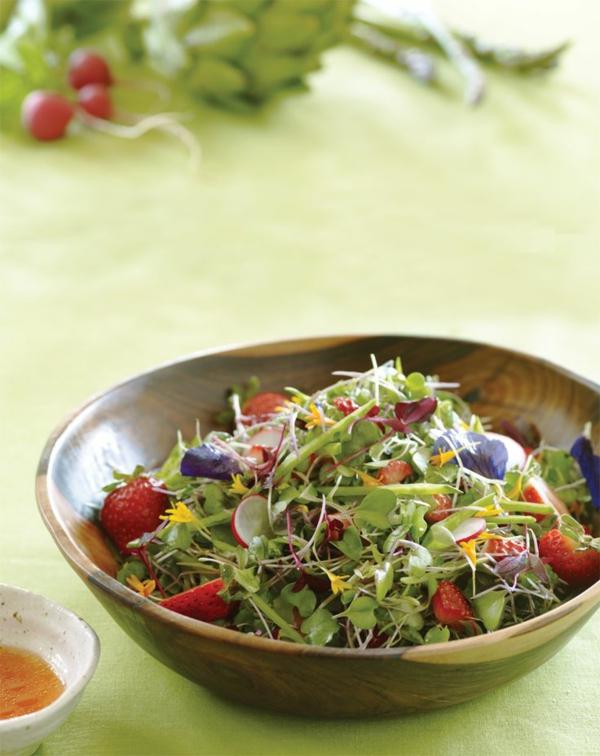 schöner-grüner-salat-mit-erdbeeren-und-blumen