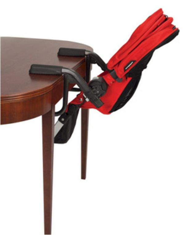 schöner-hochstuhl-mit-tisch-rotes-praktisches-modell