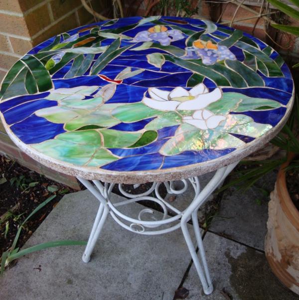 schöner-mosaik-tisch-coole-blaue-farbschemen