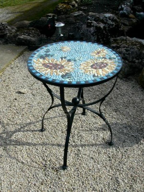 schöner-mosaik-tisch-kleines-rundes-modell-im-garten