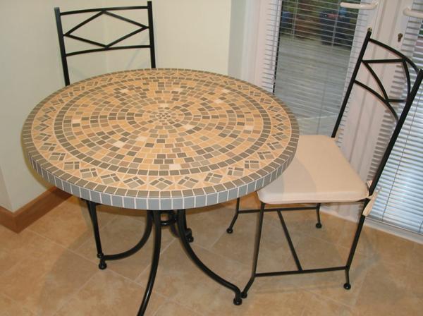 schöner-mosaik-tisch-mit-stühlen-in-beige-farbe