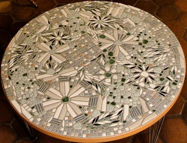 schöner-mosaik-tisch-rundes-elegantes-modell