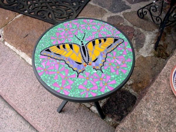 schöner-mosaik-tisch-schöner-schmetterling