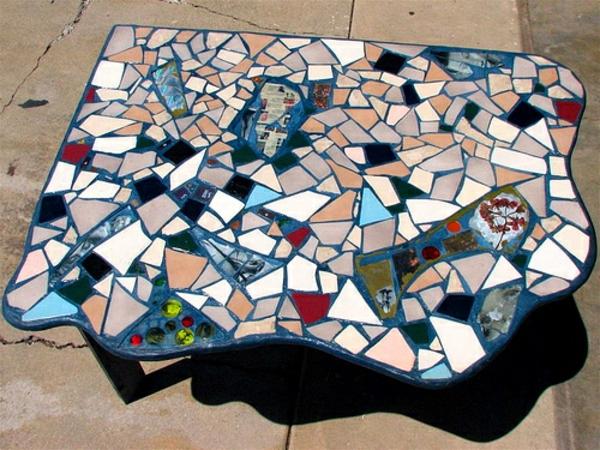 schöner-mosaik-tisch-sehr-auffällige-form