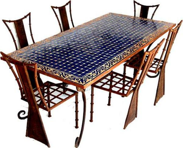 schöner-mosaik-tisch-sehr-großes-design-mit-stühlen