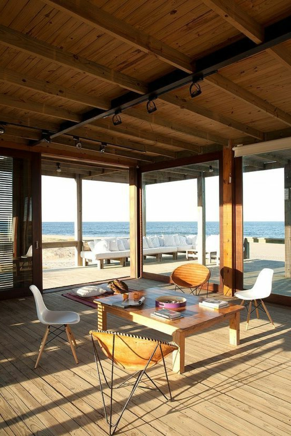 schönes_ferienhaus-haus-am-strand-mit-großen-fenstern