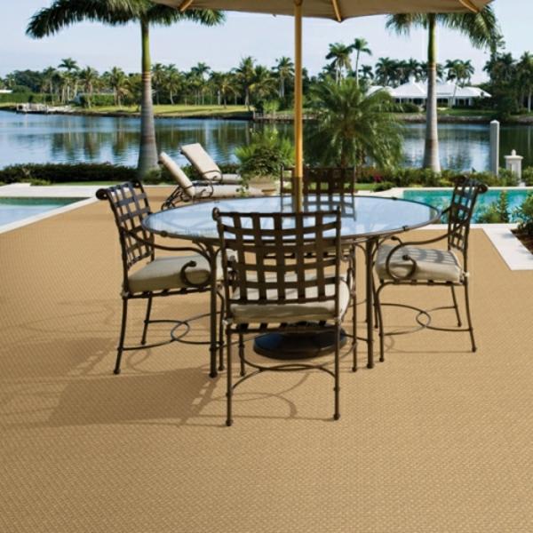 schicke-stühle-runder-tisch-outdoor-teppich-in-beige