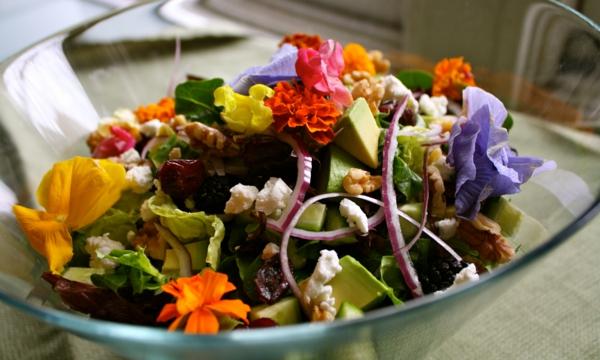 schmackhafter-salat-mit-blumendeko