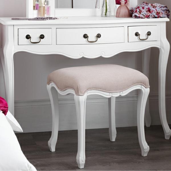 schminktisch-mit-hocker-elegante-weiße-gestaltung