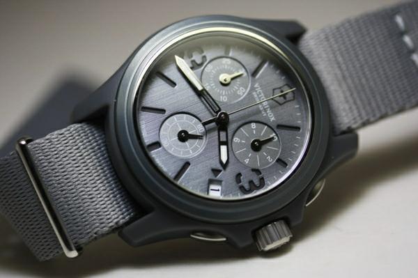 schwarzes-design-graues-modell-