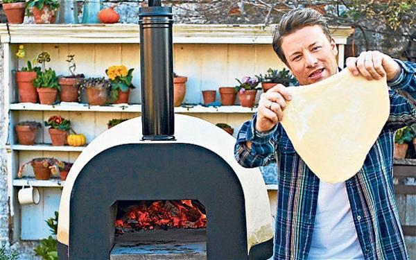 sehr-schön-gemachter-und-funktionell-gestalteter-pizzaofen-tisch-ein-mann-kocht-pizza