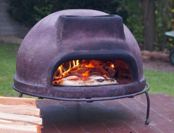 sehr-schön-gemachter-und-funktionell-gestalteter-pizzaofen-tisch-großartiges-modell-im-garten