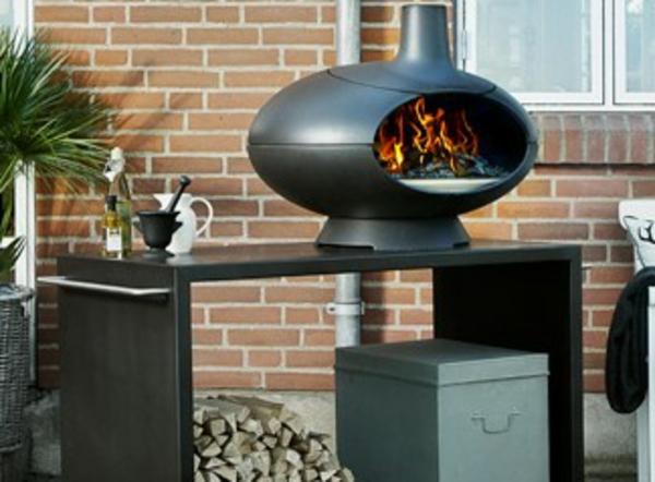 sehr-schön-gemachter-und-funktionell-gestalteter-pizzaofen-tisch-sehr-schönes-schwarzes-design-im-garten-gestellt