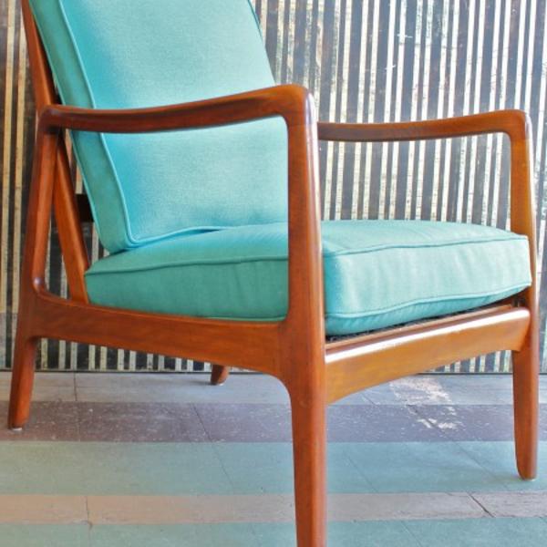 skandinavisches-möbel-blauer-stuhl