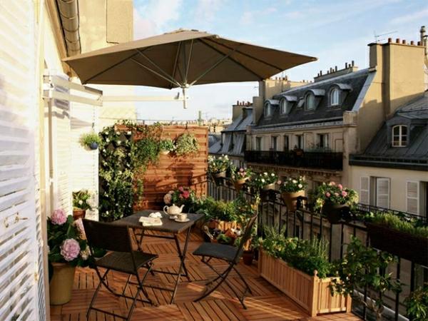 sonnenschirm-für-balkon-grüne-pflanzen