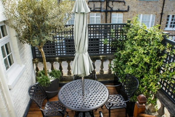 sonnenschirm-für-balkon-kleiner-raum