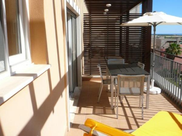 sonnenschirm-für-balkon-mit-einem-gelben-liegestuhl