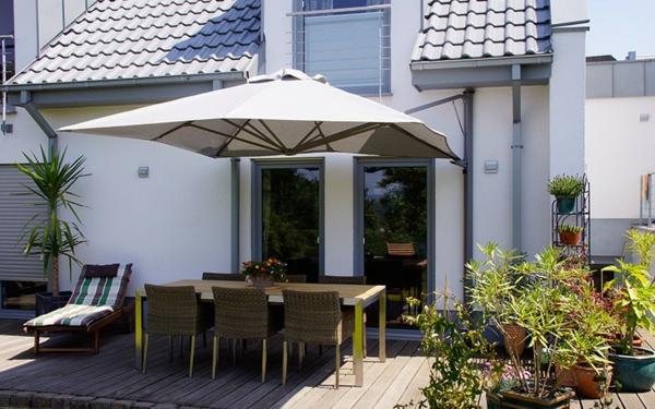 sonnenschirm-für-balkon-moderne-außengestaltung