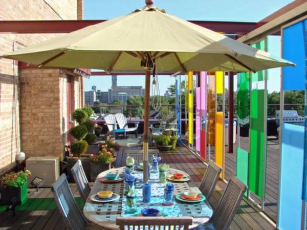 sonnenschirm-für-balkon-tisch-und-stühle