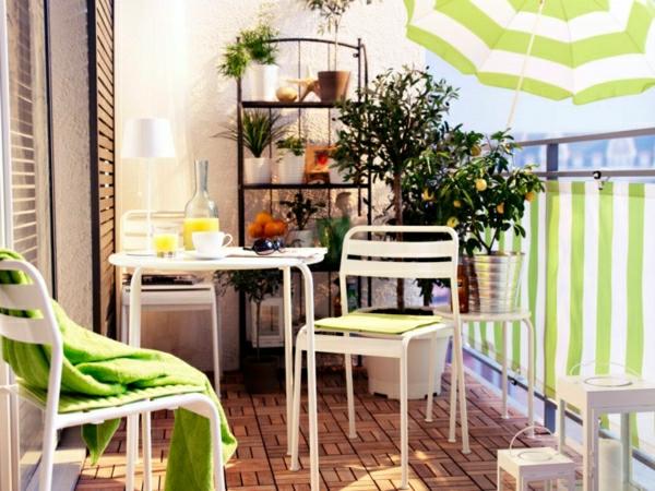 sonnenschirm-für-balkon-weiße-möbel