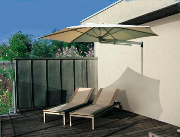 sonnenschirm-für-balkon-zwei-liegestühle
