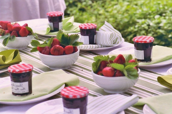 summer-garden-party-strawbery-theme-small-jars-dishes