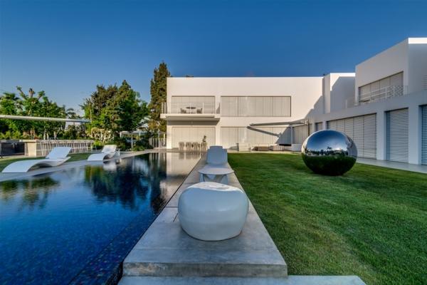 super-moderne-architektur-haus-am-strand-terrasse-garten-mit-pool