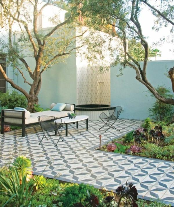 super-schöne-bodenfliesen-in-weiß-und-blaue-für-den-außenbereich-balkonboden-bodenbelag-balkon-terrasse-einrichten