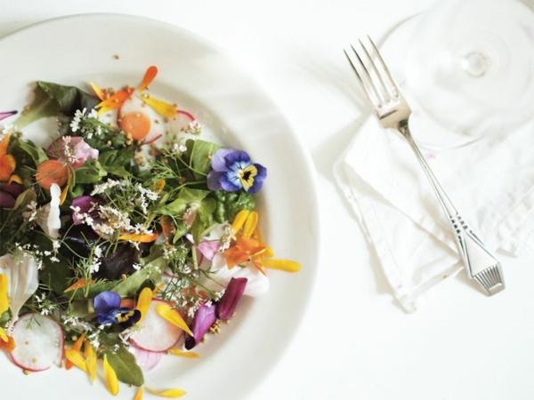 super-schöner-salat-speisen-deko-floral-blumen-essen-