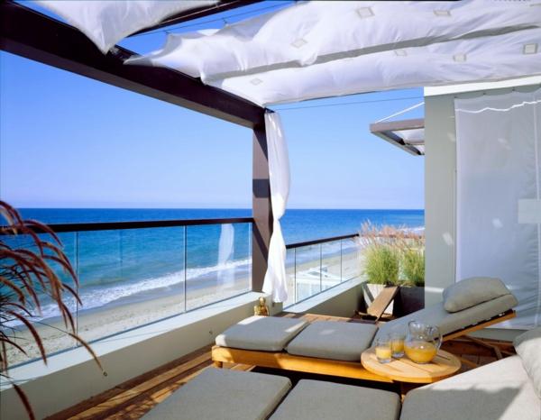 super-tolle-terrasse-gestalten-weiße-überdachung-glasgeländer-balkon
