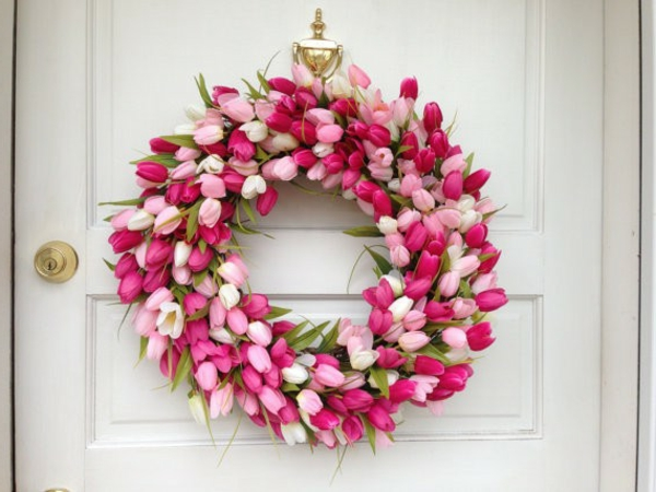 türkränze-frühling-modell-aus-rosigen-tulpen