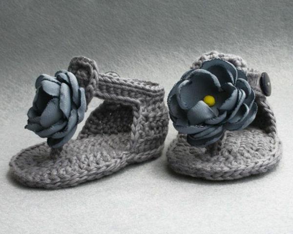 tolles-design-häkeln-babyschuhe-fantastische-ideen-für-häkeleien-graue-babyschuhe-mit-blumen-häkeln-
