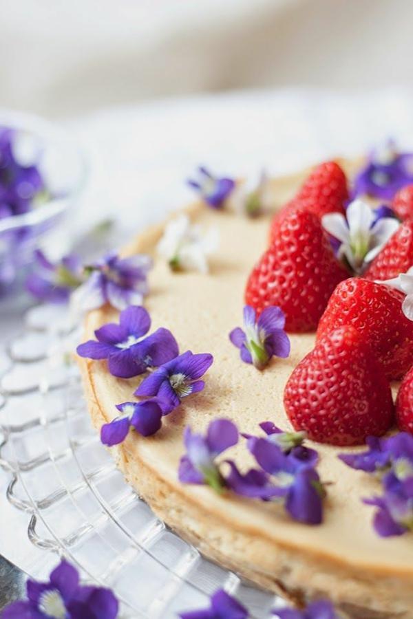 torte-mit-erdbeeren-und-lila-veilchen-deko-floral-blumen-essen-