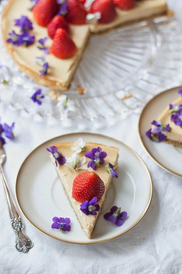 torte-mit_veilchen-dekorieren-erdbeertorte