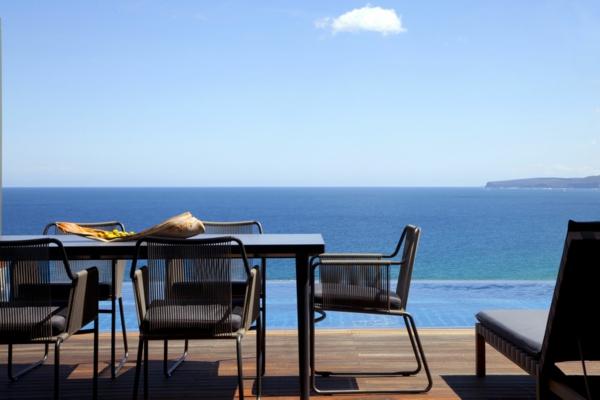 traumhafte-terrasse-mit-balkontisch-set-terrassenboden-aus-holz