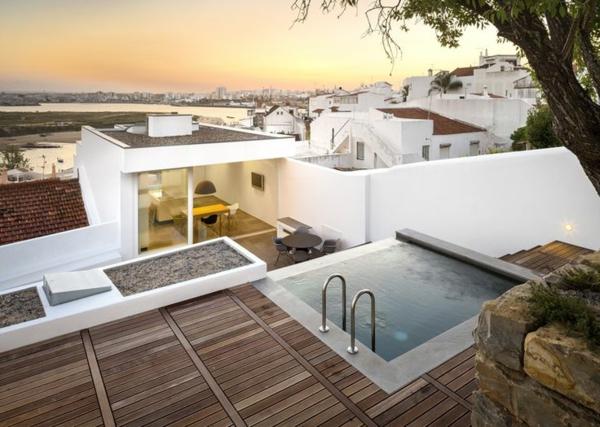 traumhafte-terrasse-mit-holzfliesen-und-whirlpool