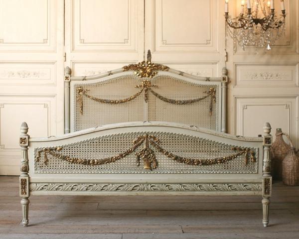 bett im französischen stil - schön dekoriert
