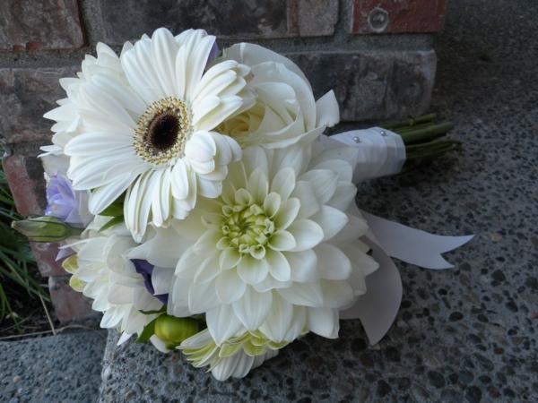 weiße-blumen-zimmerpflanzen-gerbera-mehrere-farben-blumen-hochzeitsstrauß