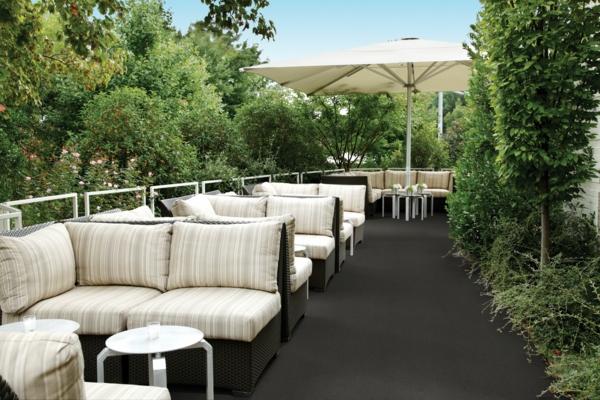 weiße-sofas-outdoor-teppich-in-grau
