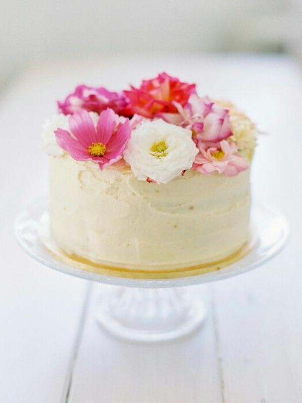 -weiße-torte-blumen-zum-essen-blumen-blüten