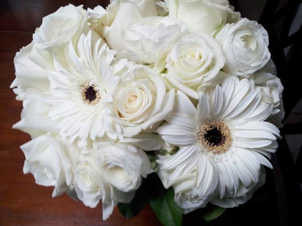 weiße-zimmerpflanzen-gerbera-mehrere-farben-brautstrauß-hochzeitsstrauß