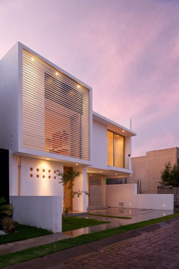 -weiße.-luxus-ferienwohnung-mit-einer-modernen-architektur