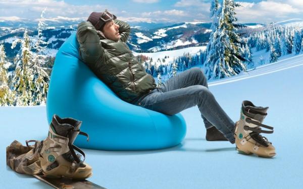 winter-bild-von-einem-blauen-sitzsack-outdoor