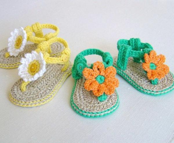 wunderbare-babysandalen-mit-blumen-häkeln-tolles-design-häkeln-babyschuhe-fantastische-ideen-für-häkeleien