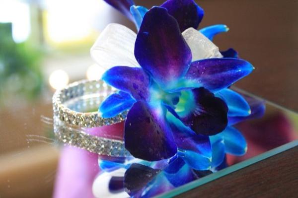 wunderbare-blaue-blumenmdeko-mit-orchideen-blumendekoration-hochzeitsdeko